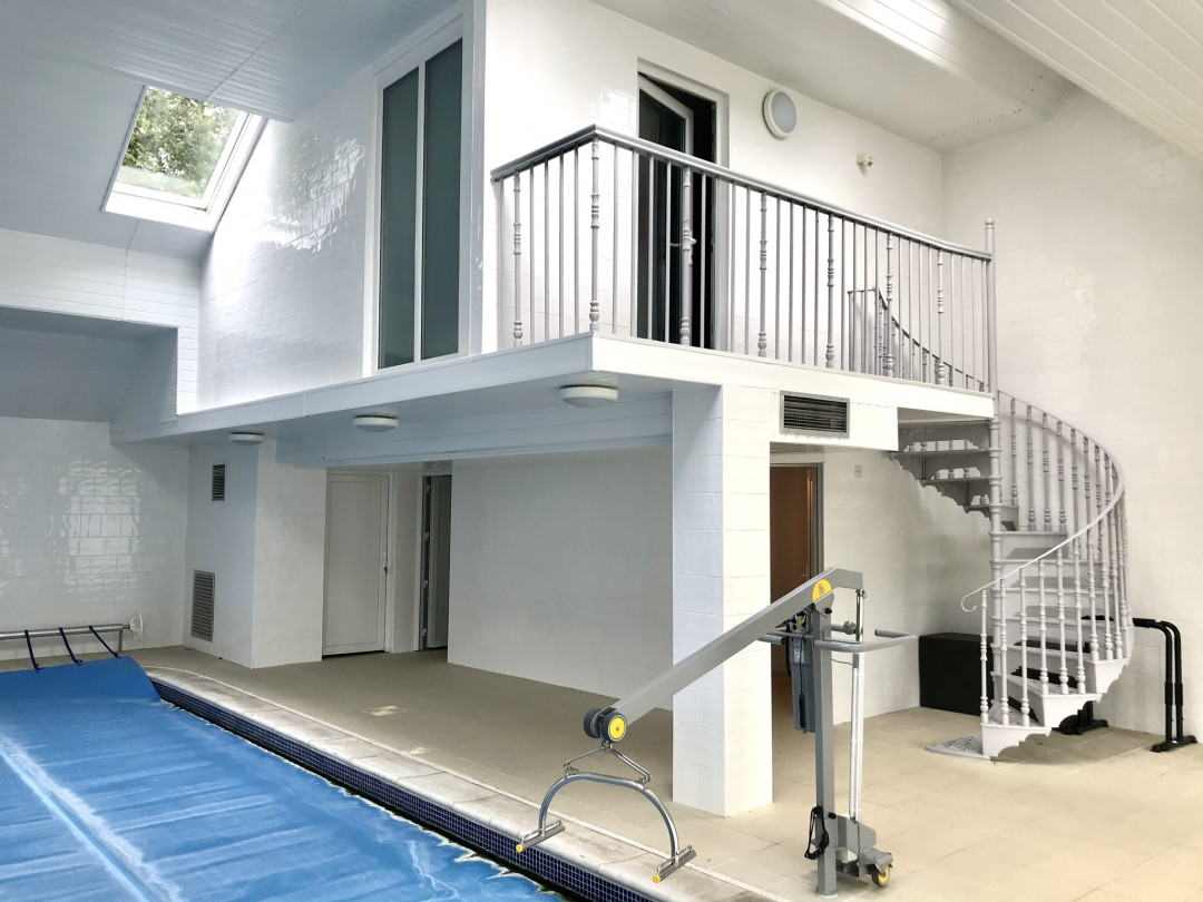 Pool area with wet room